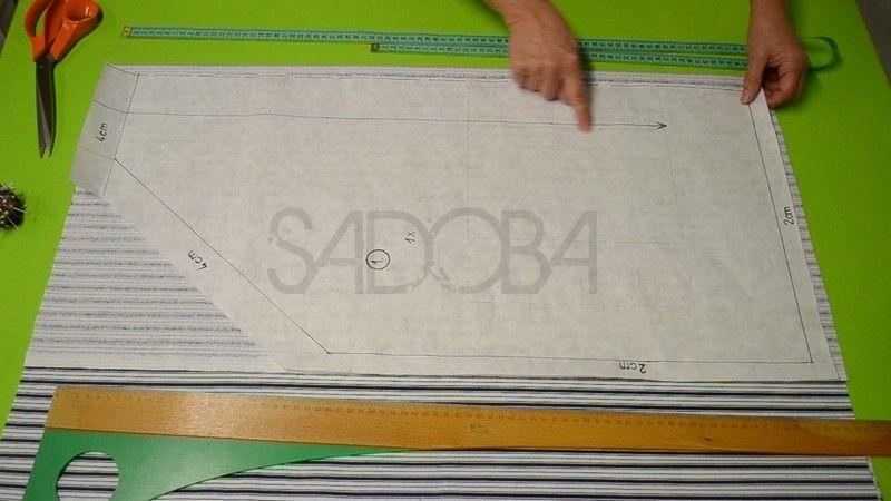 dd574f189e53 Na strihu som označila prehyb látky prerušovanou čiarou. Smer nite na  tkanine je označená šípkou. Prišpendlíme strih na látku