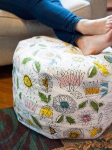 Ručne šitý otoman pod nohy